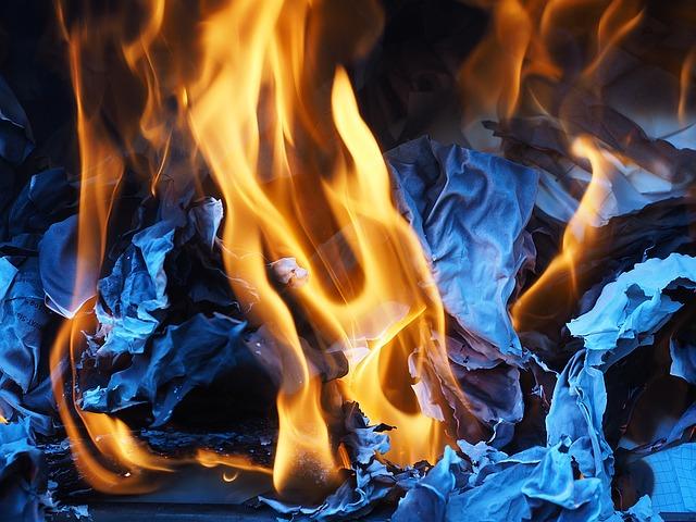 hořící dokumenty