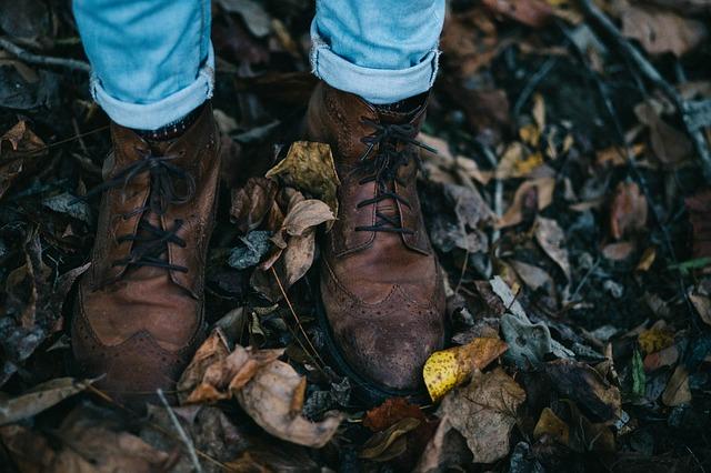 nohy v listí