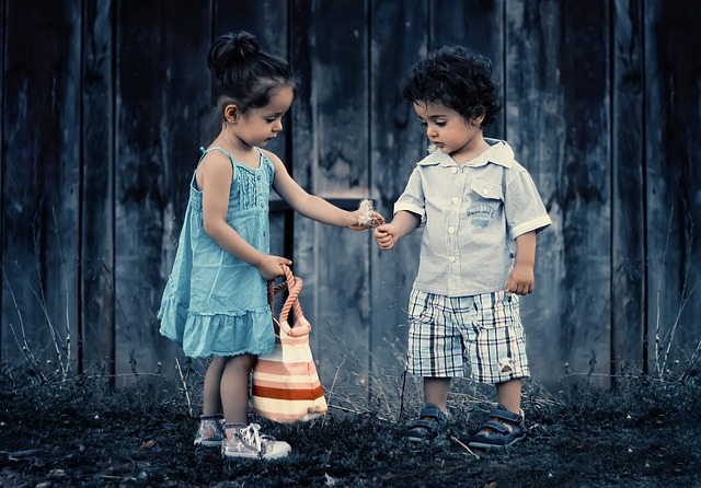 holčička s chlapečkem