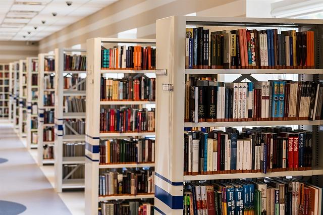 knihovní regály