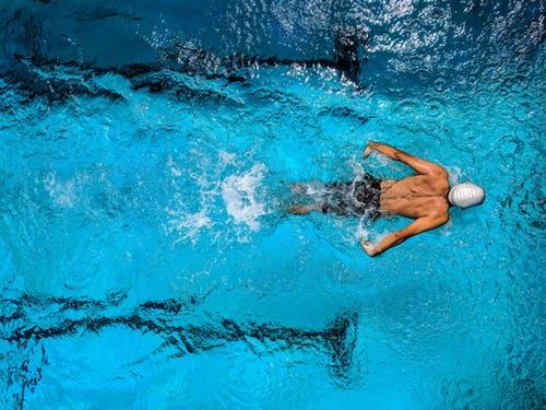 plavec v bazéně